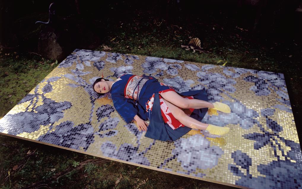 Bisazza veste (o quasi) le donne di Araki. La mostra a Vicenza